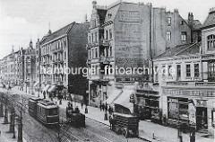 Alte Fotografie von der Hamburger Straße in Hamburg Barmbek / Süd; Straßenbahn mit Anhänger - Pferdefuhrwerke auf der Straße; Werbung an der Hausfassade.