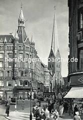 Altes Bild der Hamburger City - Blick vom Jungfernstieg / Reesendammbrücke zur Bergstraße und der Sankt Katharinen Kirche; davor der Eingang zur U-Bahn / Hochbahn, lks. das Haus Vaterland, Architekt Martin Haller.