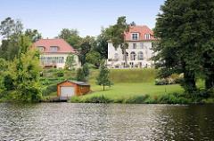Villen am Ufer vom Griebnitzsee in Potsdam / Babelsberg; Bootshaus.