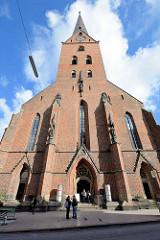 Portal / Eingang der Hamburger Hauptkirche St. Petrikirche  an der Bergstraße.