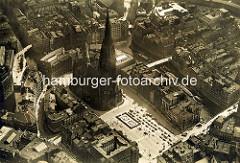 Alte Luftaufnahme vom Hopfenmarkt an der St. Nikolaikirche Hamburgs - re. das Nikolaifleet und die Holzbrücke + Reimersbrücke.