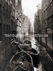 Ebbe im Katharinenstrassenfleet - Schuten liegen im Schlick;  Speichergebäude mit Winde, über die die Ladung der Boote gelöscht wird.
