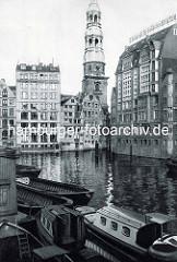 Historische Aufnahme vom Nikolaifleet in der Altstadt Hamburgs - Schuten und Barkassen am Liegeplatz; Speichergebäude - Kontorhäuser am Fleet, Kirchturm der St. Katharinenkirche.