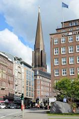 Blick vom Speersort zum Kirchturm der Hamburger St. Jakobikirche.