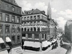 Geschäftshäuser / Kontorhäuser am Speersort - Geschäfte mit Markisen, Herrenmode Magazin - Jockey Club; Pferdefuhrwerke und Droschken auf der Straße - Kirchturm der St. Jacobi Kirche.