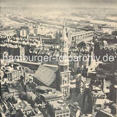 Historische Luftaufnahme von der Sankt Katharinenkirche in der Hamburger Altstadt - im Hintergrund die Speicherstadt und der Kaispeicher B am Magdeburger Hafen; dahinter der Baakenhafen und die Norderelbe mit den Norderelbbrücken.