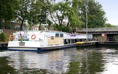Berliner Ausflugsschiff Kreuzberg mit Touristen / Fahrgästen vor der Schleuse am Landwehrkanal.
