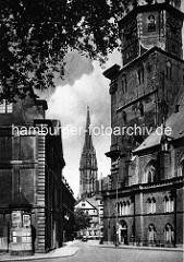 Alte Fotografie aus Hamburg - Blick vom Katharinenkirchehof zur den Hauptkirchen St. Katharinen und Nikolai.