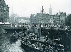 Historische Aufnahme vom Hamburger Zollkanal am Meßberg, Gemüseewer haben am Anleger festgemacht - die Ladung ist für den Markt bestimmt; lks. die Einfahrt zum Klingbergfleet.