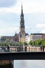 Blick über den Wandrahmsteg und den Zollkanal zur Straße Zippelhaus und der St. Katharinenbrücke in der Hamburger Altstadt.
