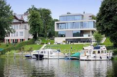 Historische und moderne Villa am Ufer vom Griebnitzsee in Potsdam / Babelsberg; Motorboote am Liegeplatz.