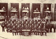 Historisches Foto vom Strassenbahndepot / Bahnhof Hoheluft - Gärtnerstrasse. Schaffner und Straßenbahnfahrer posieren in einer Gruppenaufnahme.