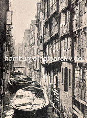 Historische Darstellung vom Katharinenfleet in der Hamburger Altstadt; Schuten mit Ladung liegen im Fleet - hohe Speicher und Wohnhäuser.