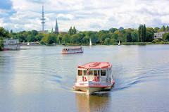 Alsterdampfer auf der Aussenalster - die Saselbek fährt in den langen Zug ein - im Hintergrund der Fernsehturm und die St. Johnniskirche in Hamburg Harvestehude.