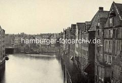 Historische Fotografie vom Nikolaifleet in Hamburg - Blick zur Alten Börse, lks. ein Ausschnitt vom Gebäude der Patriotischen Gesellschaft  an der Trostbrücke.