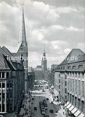 Historische Luftaufnahme von der Hamburger Innenstadt - Blick auf die Mönckebergstraße. Im Hintergrund das Rathaus, lks. der Kirchturm der St. Katharinenkirche.