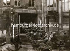 Altes Bild vom Nikolaifleet - Grünkohl wurde aus den Ewern am Fleet geladen und wird mit Tragen zum Hopfenmarkt gebracht.