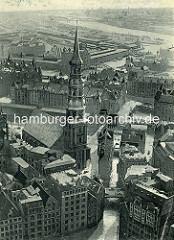 Altes Luftbild der Hamburger Hauptkirche St. Katharinen - im Hintergrund Wohnhäuser am Fleet und der Kaispeicher am Mageburger Hafen.