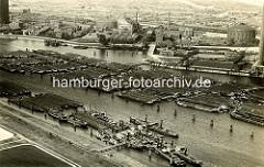 Historisches Luftbild von der Billwerder Bucht in Hamburg Rothenburgsort - Binnenschiffe liegen dicht an dicht auf dem Wasser; im Hintergrunde die Gaswerke und re. die Tiefstackschleuse.