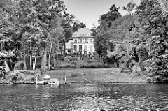 Villa zwischen Bäumen am Ufer vom Griebnitzsee in Potsdam / Babelsberg.