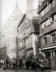 Historische Gruppenaufnahme hinter der St. Katharinenkirche in Hamburg.