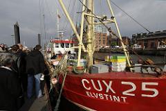 Am Anleger Altonaer Fischmarkt hat der Cuxhavener Fischkutter ELVSTINT am Sonntag Morgen fest gemacht. Direkt vom Kutter verkauft die Besatzung die frisch gefangenen Fische auf dem Fischmartk an ihre Kunden.