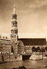 Blick über den Zollkanal zur St. Katharinenkirche in der Altstadt Hamburgs - Einfahrt zum Steckelhörnfleet.