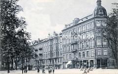 Altes Bild von der Grindelallee in Hamburg Rotherbaum - Wohngebäude mit Mietswohnungen - Geschäfte im Erdgeschoss; Kinder spielen auf der leeren Straße.