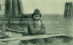 Seemann / Fischer - Teerjacke im Ruderboot am Altonaer Anleger.