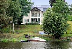 Villa am Ufer vom Griebnitzsee in Potsdam / Babelsberg - Motorboot.