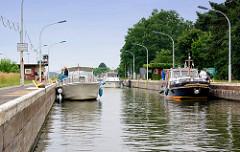 Schleuse Wusterwitz - Sportboote liegen in der Schleusenkammer. Verbindungsschleuse vom Elbe-Havel-Kanal zum Wendsee / Plauer See und Havel.
