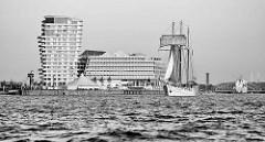 Blick auf den Strandkai in der Hamburger Hafencity - Wohnhaus Marco Polo Tower und Unilever-Haus / Verwaltungsgebäude - das Segelschiff Mare Frisum in Fahrt elbabwärts.