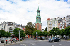 Blick von der Kirchenallee zur Dreieinigkeitskirche in Hamburg St. Georg.