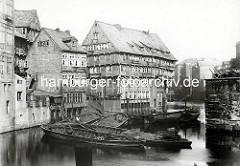 Alte Fotografie vom Bleichenfleet in der Hamburger Neustadt - mehrstöckige Fachwerkhäuser - Schuten mit Ladung auf dem Wasser, Handkarren am Ufer.