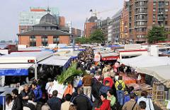 Blick über den Altonaer Fischmarkt Richtung Fischauktionshalle und Gebäuden in der Großen Elbstraße. Dicht gedrängt gehen die Marktbesucher zwischen den Marktständen über den Sonntagsmarkt.