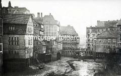 Historische Aufnahme aus Hamburg - Areal beim Teerhof beim Ericus, ehem. Bastion der Hamburger Stadtbefestigung.  Speichergebäude / Wohnhäuser am Fleet - Schuten liegen im Wasser; im Hintergrund Gebäude an der Niedernstraße.