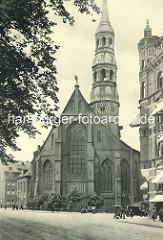 Kirchenschiff und Kirchturm der Hamburger Hauptkirche Sankt Katharinen, Blick von der Straße Zippelhaus.