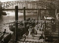 Altes Bild vom Zollkanal am Messberg in der Hamburger Altstadt - Gemüse wird von Ewern geladen und zum Markt gebracht. Im Hintergrund die Wandrahmsbrücke und Boote am Kai vom Dovenfleet.