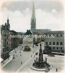 Blick auf den Alten Fischmarkt in der Hamburger Altstadt - Kaiser Karl Brunnen; im Hintergrund das Johanneum und die St. Petrikirche.