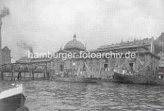 Fischauktionshalle Altona - historischer Blick von der Elbe; Fischerboote am Kai.