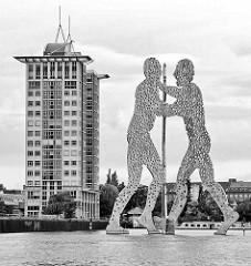 Berliner Metallskulptur Molecule Man, 30m hohe Wasserstatue auf der Spree; Entwurf Jonathan Borofsky.
