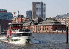 Hafenfähre in Fahrt - im Hintergrund die Altonaer Fischauktionshalle.