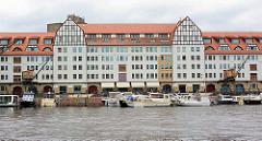 Marina Hafen Tempelhof - zum Einkaufszentrum umgebaute historische Lagerhäuser am Ufer des Berliner Teltowkanals