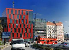 Moderne Neubauten und Gründerzeit-Mietshäuser am St. Pauli Fischmarkt. Ein roter Doppeldeckerbus fährt mit den Touristen an Bord eine Rundfahrt durch die Strassen Hamburgs.