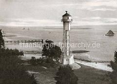 Leuchtturm in Hamburg Wittenberge - historische Hamburgbilder - Blick auf die Elbe, Segelboote / Ewer; Landungssteg mit Barkasse.
