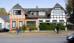 Historisches Doppelhaus in der Friedrich-Ebert-Straße in Hamburg Niendorf - unterschiedliche Fassadengestaltung / Farbgebung und Fachwerk.
