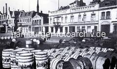 Historische Bilder vom St. Pauli Fischmarkt - Häuserzeile an der Strasse, Holztonnen. Der Hamburger Fischmarkt wurde in seiner ursprünglichen Bedeutung auf dem Alten Fischmarkt in Hamburg-Altstadt betrieben. Erst in den 70er Jahren des 19. Jahrhund