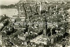 Altes Flugbild von der Hamburger Altstadt -  im Vordergrund der Hopfenmarkt und die St. Nikolaikirche, dahinter lks. die Petrikirche und re. die Jacobikirche - ganz lks. das Rathaus Hamburg und die Binnenalster.-