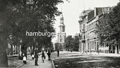 Blick von der Kirchenallee zur Dreieinigkeitskirche in Hamburg St. Georg - Fotos aus dem historischen Hamburg.