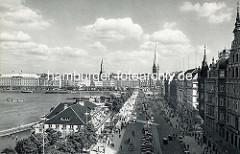 Historisches Luftbild vom Hamburger Jungfernstieg - Parkplätze und Autoverkehr; lks. der Alsterpavillion - im Hintergrund der Alsterdamm und die Kirchtürme der St. Jacobi sowie Petrikirche.